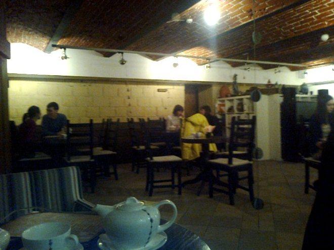 В шумном кафе